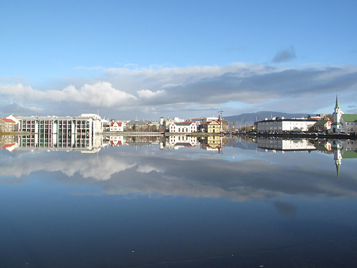Reykjav&iacute;k. At the Tj&ouml;rnin. Frozen and mirrored. - At the <a href='http://en.wikipedia.org/wiki/Tj&#246;rnin' target='_blank' class='linksnormal'>Tj&ouml;rnin</a> pond in center of Reykjav&iacute;k. (26 October 2010)