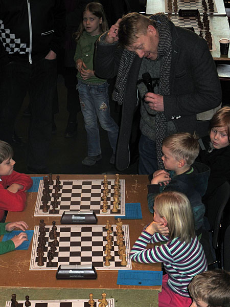 Reykjavík. Chess tournament for kids in the town hall. - ... and is trying to help a little! (18 December 2010)