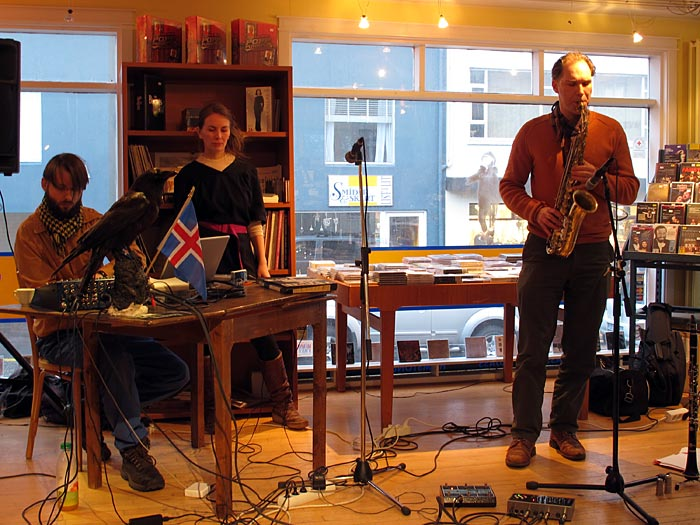 Reykjav&iacute;k. Concert at 12 T&oacute;nar. - Concert in the store of <a href='http://www.12tonar.com' target='_blank' class='linksnormal'>12 T&oacute;nar</a> with <a href='http://korabiewski.com/' target='_blank' class='linksnormal'>Konrad Korabiewski</a>, <a href='http://litten.info/' target='_blank' class='linksnormal'>Litten</a> and <a href='http://www.dictaphone-music.de/' target='_blank' class='linksnormal'>Roger D&ouml;ring</a>. (25 February 2011)