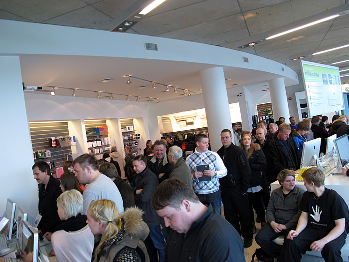Reykjav&iacute;k. Miscellaneous XXVIII. - In the Apple store <a href='http://www.epli.is' target='_blank' class='linksnormal'>epli</a> - for joining the start of the sale of the new <a href='http://www.apple.com/ipad' target='_blank' class='linksnormal'>iPad 2</a> a lot of people came to the store in Reykjav&iacute;. (12 till 26 March 2011)