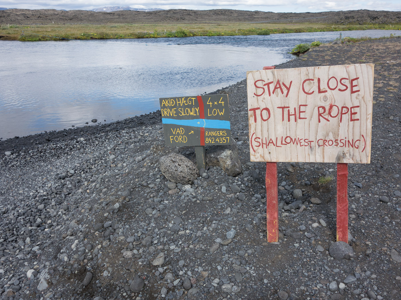 Northern Iceland - On the way to Askja. On vacation. - Signs with infos how to cross a river ... (24 July 2014)